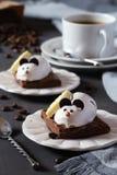 Souris de pâtisserie de chocolat et grains de café Images libres de droits