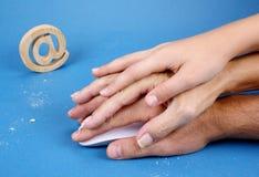 Souris de PC avec trois traces de mains et de biscuits Photo stock