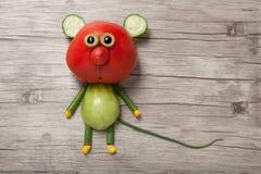 Souris drôle faite de tomate rouge et verte Photographie stock