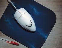 Souris enorme d'ordinateur sur le tapis de souris Photo stock