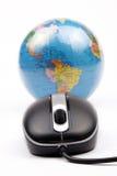 Souris et globe image stock