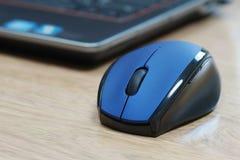 Souris et ordinateur portable bleus d'ordinateur Photos libres de droits