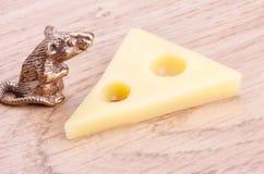 Souris et partie en bronze de fromage Photographie stock libre de droits
