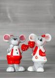 Souris mignonnes avec les coeurs rouges Amour et jour de valentines Images libres de droits