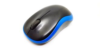 Souris radio ou ordinateur noire/bleue de Bluetooth sur le fond blanc photos libres de droits