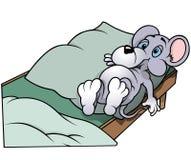Souris s'étendant dans le lit Images libres de droits