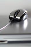 Souris sur un ordinateur portatif argenté Photo libre de droits
