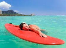 sourit la femme de planche de surfing images stock