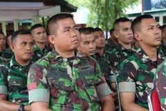 Sourit la police indonésienne image libre de droits