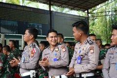 Sourit la police indonésienne photographie stock