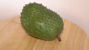 Soursop, заварной крем Яблоко, Annona muricata l вращает на деревянной доске видеоматериал