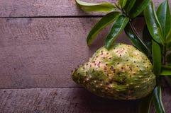 Soursopfrukt på ett träbräde royaltyfri fotografi