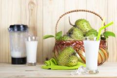 Soursopfruktsaft- och soursopfrukt eller taggig vaniljsås Apple eller Annona muricata L på trätabellen royaltyfri foto