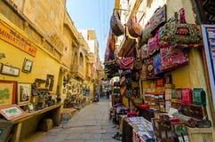 Sourvenir hace compras dentro del fuerte de Jaisalmer Fotografía de archivo libre de regalías