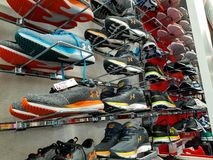 Sous des chaussures de sport d'armure dans le magasin local photo stock