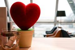 Sous-exposez le coeur rouge d'amour sur le pot, le doux et le mignon, concept de valentines Photo stock