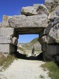 Sous la roche ombreuse Image libre de droits