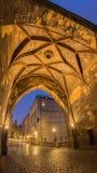 Sous la tour avant lever de soleil photos libres de droits
