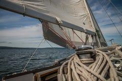Sous la voile sur un yacht sous le ciel bleu Photos libres de droits