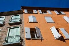 Sous la vue des bâtiments colorés traditionnels à Perpignan image libre de droits