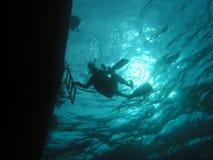 Sous le bateau images stock
