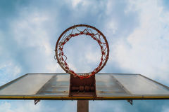 Sous le cercle de basket-ball et le ciel bleu Photo stock