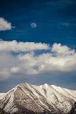 Sous le ciel bleu et la lune Photographie stock