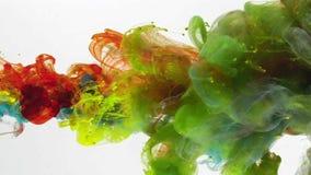 Sous le mélange liquide de couleurs de l'eau