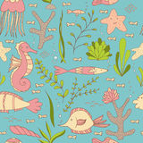 Sous le modèle sans couture de mer avec des étoiles de poissons, d'hippocampes, de coquilles, de mer, des algues et des coraux illustration de vecteur