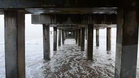 Sous le pilier à la plage banque de vidéos