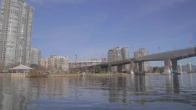 Sous le pont de Cambie aux logements de marinaside de Yaletown banque de vidéos