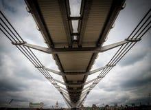 Sous le pont de millénaire Photos stock