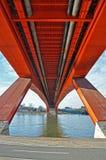 Sous le pont de ville image stock