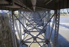 Sous le pont en train Photographie stock