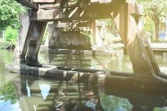Sous le pont en train avec la fuite légère photos stock