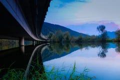 Sous le pont et au-dessus de l'eau photographie stock libre de droits