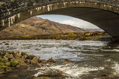 Sous le pont, montagnes - Glen Sligachan Photographie stock libre de droits