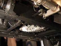 Sous le véhicule de SUV, châssis, dispositif d'échappement Images stock