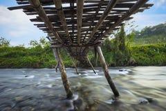 Sous le vieux pont en bois images stock