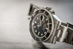 Sous-marinier de Rolex Plan rapproché, centre peu profond d'un iconique, Suisse-fait hommes le ` s plongeurs mécaniques montre photos stock