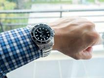 Sous-marinier de Rolex sur le poignet gauche Photos stock