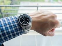 Sous-marinier de Rolex sur le poignet gauche Photographie stock libre de droits
