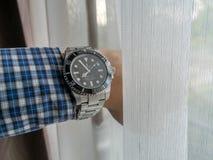 Sous-marinier de Rolex sur le poignet gauche Photographie stock