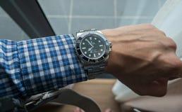Sous-marinier de Rolex sur le poignet gauche Image stock