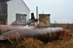 Sous-marins et avion obsolètes abandonnés dans l'entrepôt de ferraille Images stock