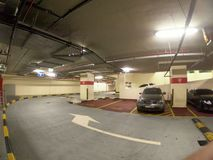 Sous-sol numéroté de parking avec deux voitures photos libres de droits
