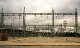Sous-station à haute tension extérieure avec le portique en acier et le ciel gris Images libres de droits