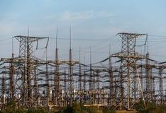 Sous-station électrique sur un fond du prochain soleil Photo libre de droits