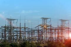 Sous-station électrique sur un fond du prochain soleil Photographie stock libre de droits