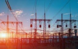 Sous-station électrique sur un fond du prochain soleil Photographie stock